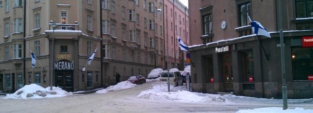 Een paar keer per jaar gaat overal de Finse vlag uit. Verkiezingsdag is een van die dagen. (Foto Peter Teffer)