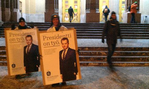 Twee aanhangers van Sauli Niinistö proberen in alle vroegte al weer kiezers te overtuigen.