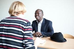 In gesprek met Idris. (Foto H.P. Alting von Geusau)