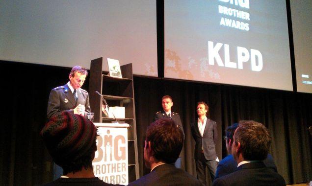 Vertegenwoordigers van de KLPD nemen hun prijs in ontvangst. (Foto Peter Teffer)