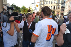 A supporter of Mark Rutte's VVD talks to a journalist in Utrecht, September 8, 2012. (Photo Peter Teffer)