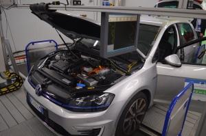 Een Volkswagen (niet per se één met sjoemelsoftware) wordt getest in een EU-laboratorium. (Foto Peter Teffer)